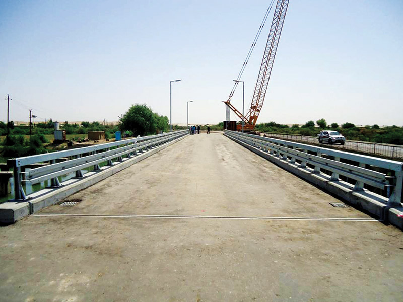 Construction of 56 m length and 7.5 m bridge and access roads. Pipe piles, pile cap beams, steel beams, concrete slab and road asphalting works.